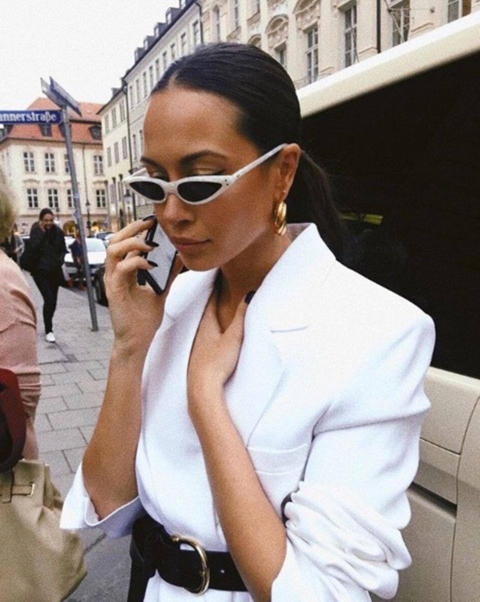 Like a Diva: Grace Capristo mit angesagter 90s-Sonnenbrille und XXL-Blazerkleid. Auch für dieses Outfit bekommt sie viel Zuspruch von ihren Fans auf Instagram.