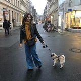 Undercover durch die Straßen: Grace in einem ungewohnt lockeren Outfit mit weiter Hose und Rollkragen-Pullover.
