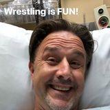 David Arquette grüßt seine Instagram-Fans fröhlich aus dem Krankenhausbett. Der Schauspieler ist zu einem Wrestlingkampf angetreten und Gott sei Dank nur mit kleineren Blessuren davon gekommen. Scherzen kann er jedenfalls noch.