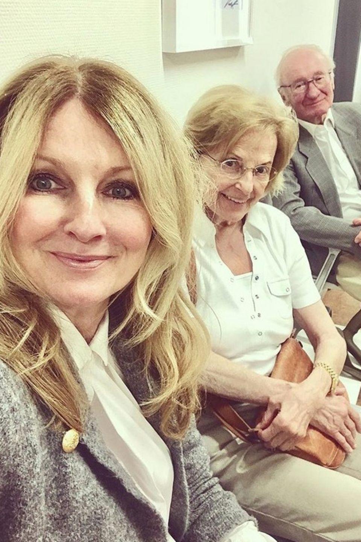 Happy posiert Frauke Ludowig mit ihren lieben Eltern für ihre Instagram-Fans.