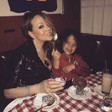 Mit ihrem SohnMoroccan schlemmt die Pop-Diva Mariah Carey leckere Desserts.