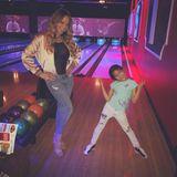 Mariah Carey mit Tochter Monroe auf der Bowlingbahn.