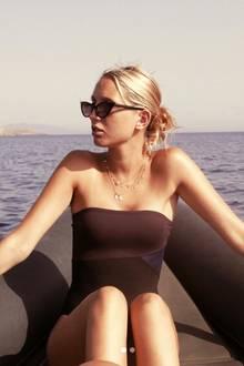In einem braunen Bandeau-Badeanzug posiertPrinzessin Maria-Olympia von Griechenland und Dänemark auf einem Boot im Meer der griechischen Insel Antiparos. Ihr Cousin, Prinz Konstantinos-Alexios, postete dieses schöne Urlaubsfoto auf Instagram.