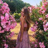 Talita von Furstenberg, die Cousine von Prinzessin Maria-Olympia, präsentiert uns auf diesem Instagram-Foto das wohl perfekte Sommer-Outfit. Zu einem Volant-Rock kombiniert sie ein bauchfreies Top. Das Rosa harmoniert perfekt zu ihrer Haarfarbe.