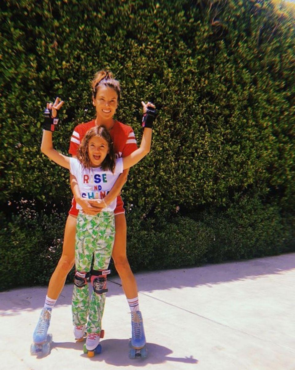 22. Juli 2018  Alessandra Ambrosio und Tochter Anja haben Spaß beim Rollschuhfahren.