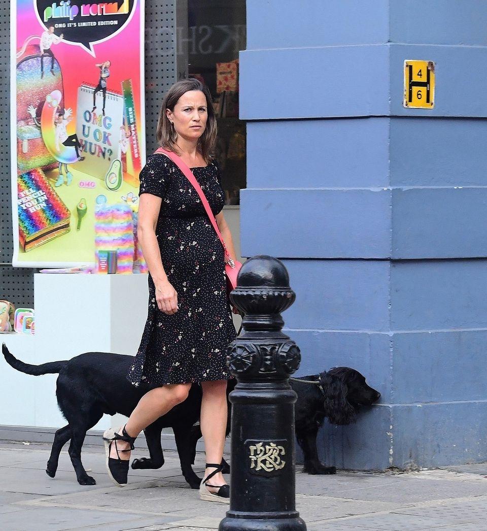 Pippa Middleton macht es wie ihre Schwester Herzogin Catherine. Denn ihr inzwischen wachsender Babybauch wird ab sofort in stylischer Umstandsmode verpackt. Ebenso wie Kate wählt Pippa ein Kleid des Labels Seraphine. Das schwarze, schulterfreie Kleid ist mit knapp 75 Euro zudem ein echtes Schnäppchen.