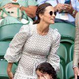 Schaut mal, so groß ist mein Babybauch schon! In einem hellen Midikleid besucht Pippa Middleton Wimbledon und betont ihren wachsenden Bauch mit einer Schleife oberhalb der Taille.