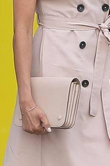Cool! Herzogin Meghan lackierte ihre Fingernägel in der Farbe ihrer Mulberry-Tasche: Nude.