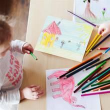 Kinder malen mit Buntstiften (Symbolbild)