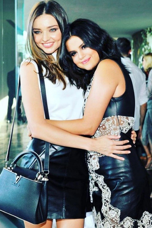 Miranda Kerr wünscht ihrer Freundin Selena Gomez mit diesem süßen Instagrambild aus vergangenen Tagenalles Liebe zum Geburtstag.