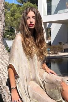 """""""Seitdem ich aufIbiza bin hat sich nicht nur mein Style angepasst, sondern auch irgendwie meine Frisur! Love that hippie life"""", schreibt Cathy Hummels zu diesem Outfit-Post auf Instagram. Die stolze Mama eines Sohnes urlaubt derzeit auf der sonnigen Insel und scheint Gefallen am berühmten Hippie-Style gefunden zu haben."""