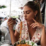 Yummie! Ann-Kathrin Brömmel lässt sich die leckere Pasta im sonnigen Los Angeles schmecken.