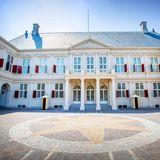 DasPaleis Noordeinde ist der Arbeitspalast von König Wilhelm-Alexander. Hier ist der Mittelpunkt vieler wichtiger Ereignisse im Leben der niederländischen royalen Familie. An der wehenden Fahne am Schloss kann man erkennen, ob der König im Lande ist.