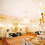 Ein weiterer Saal desPaleis Noordeinde ist mit edlen, goldenen Kronleuchtern versehen. Weiße, hohe Stuckdecken und viele Details lassen den Raum in voller Pracht erstrahlen.