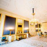 Die Farbe Gold zieht sich durch den gesamten Palast was das Interior anbelangt. Auch in diesem Saal sind die Accessoires in edlem Gold gehalten. Ein Touch Blau geben dem Raum einen royalen Stil.
