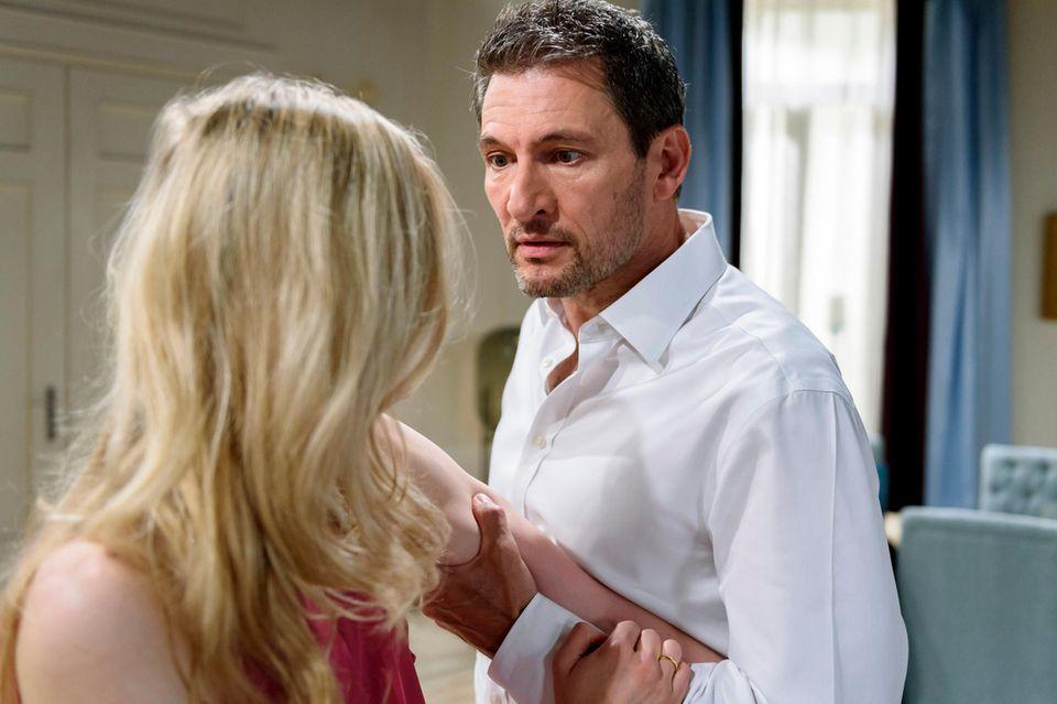 Folge 2988 am Dienstag (04.09.18): Christoph (Dieter Bach, r.) wird wütend, als Alicia (Larissa Marolt, l.) ihn beschuldigt