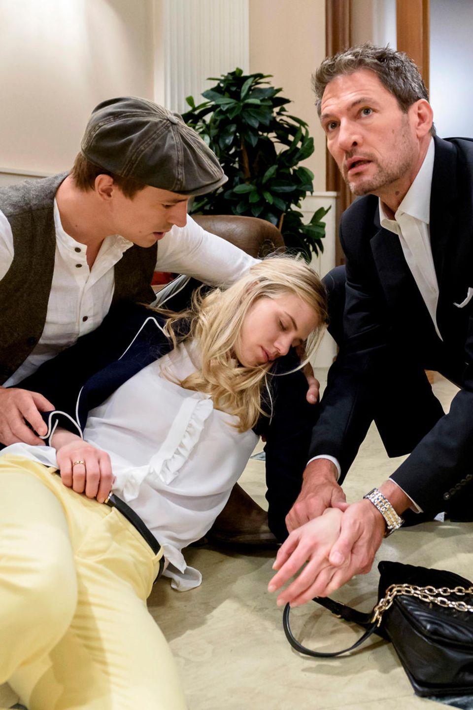 Folge 2989 am Mittwoch (05.09.18): Vor den Augen von Viktor (Sebastian Fischer, l.) und Christoph (Dieter Bach, r.) bricht Alicia (Larissa Marolt, M.) zusammen
