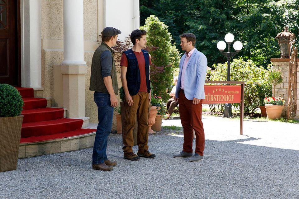 Folge 2981 am Freitag (24.08.18): Fassungslos wird Boris (Florian Frowein, r.) klar, dass Tobias (Max Beier, Mitte) Viktor (Sebastian Fischer, l.) sein Geheimnis verraten hat.