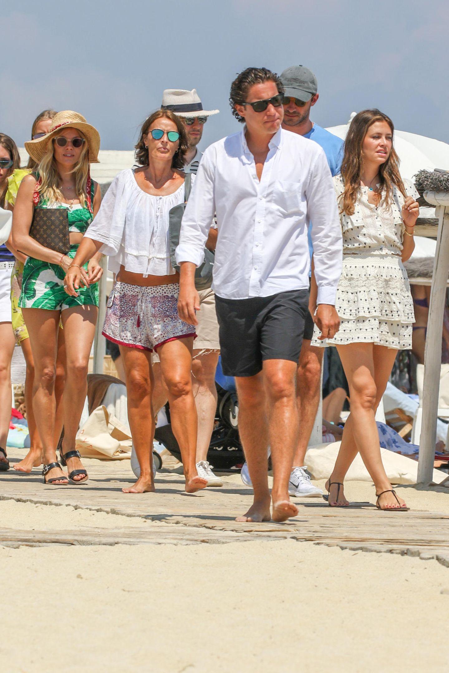 25. Juli 2018  Sienna Miller reist derzeit mit einer Gruppe von Freunden auf einer luxuriösen Segelyacht durch Deutschland. Erkennen Sie einen ihrer bekannten Freunde? Ja, Sie haben richtig gesehen. Es ist Vito Schnabel!
