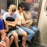 """Ein stinknormaler Tag in der New Yorker U-Bahn: Es ist voll, die Menschen quetschen sich auf enge Sitze, schauen aufs Smartphone oder lesen ein Buch. Dass die Passanten neben """"Dawsons Creek""""-Star Katie Holmes sitzen, scheinen sie nicht zu bemerken. Ein Glück, denn so kann die Schauspielerin ungestört ihr Buch lesen."""
