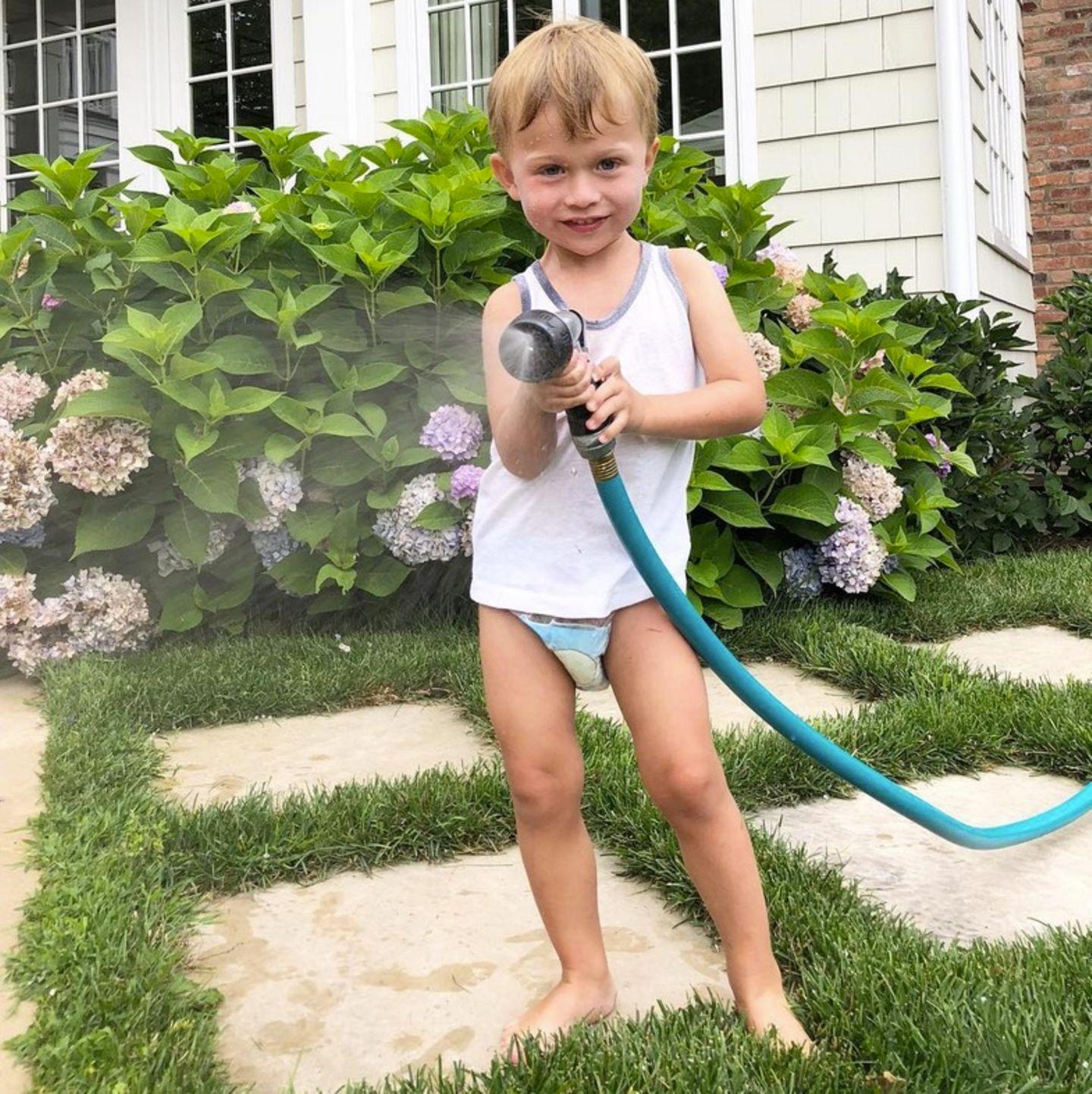 25. Juli 2018  Rafael Thomas hat alles im Griff. Der Sprössling von Hilaria und Alec Baldwin bewässert den Garten. Bei den Temperaturen auch genau das Richtige.