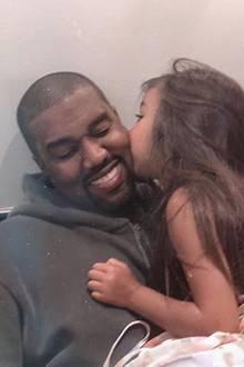 24. Juli 2018  Awww! Zum Dahinschmelzen! Diesen Moment muss Kim Kardashian einfach festhalten. Tochter North West gibt Papa Kanye West ein Küsschen auf die Wange.