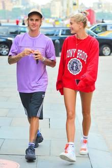 Große Liebe in Lila und Rot:Hailey Baldwin himmelt ihren Justin an, während die beiden in lässigen Sport-Outfits auf dem Weg ins Kino von den Paparazzi erwischt wurden.