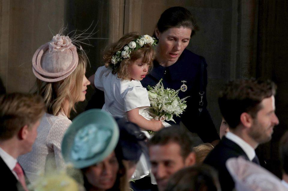 Nanny Maria kümmert sich bei der Hochzeit von Harry und Meghan um eine weinende Zaile Warren, eines der Blumenmädchen des Brautpaares.