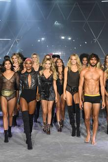 """Unter dem Motto """"Pump up the volume of your dreams"""" laufen auch männliche Models über den Catwalk und bringen das Publikum zum Schmachten."""