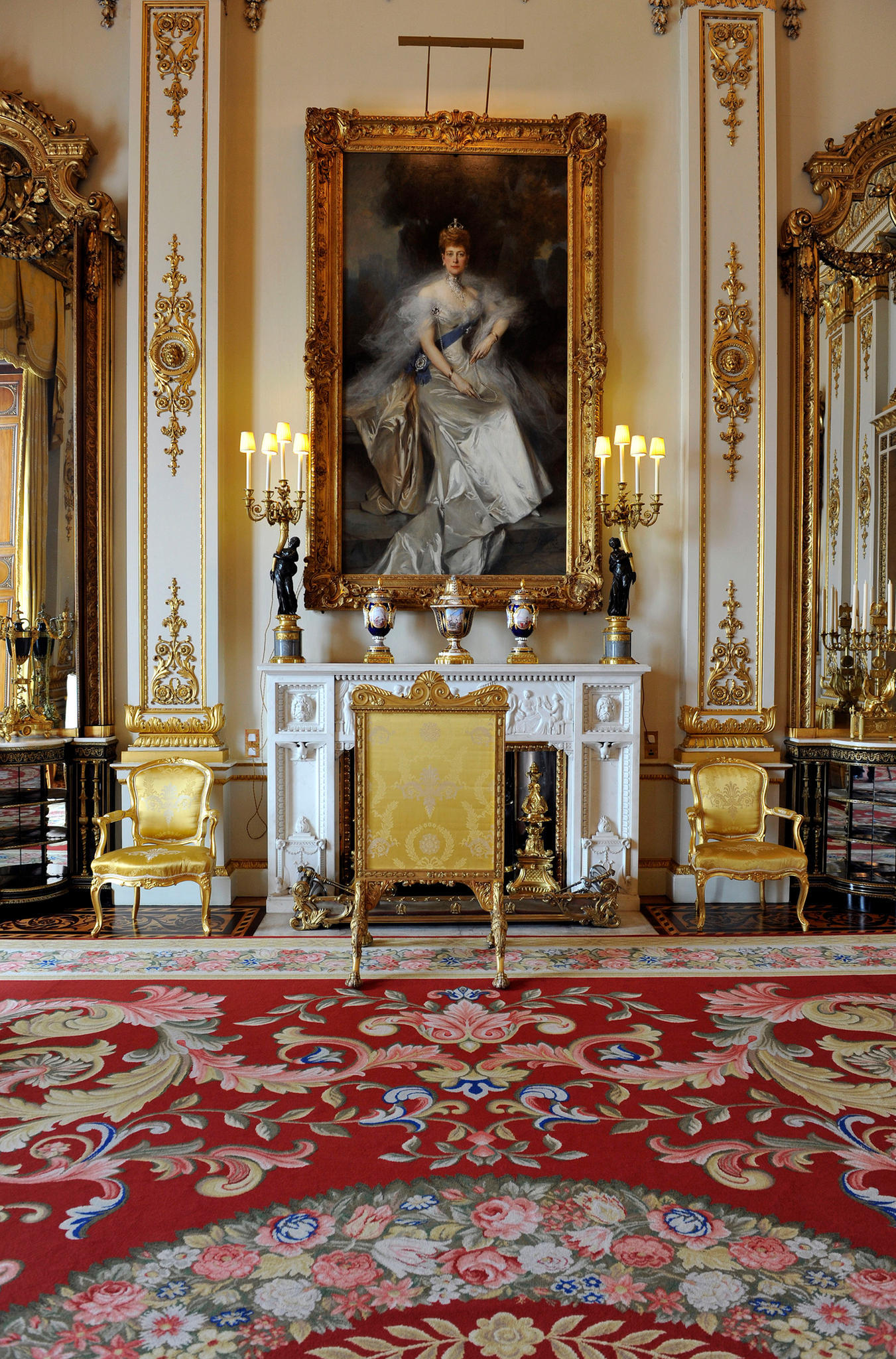 queen elizabeth f r sie gibt es eine geheime t r im palast. Black Bedroom Furniture Sets. Home Design Ideas