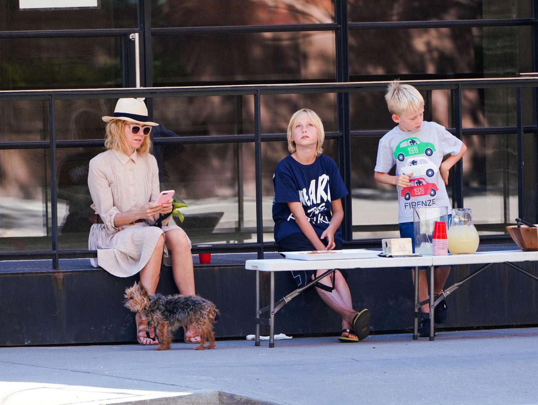 22. Juli 2018  Naomi Watts unterstützt ihre Jungs Samuel und Alexander beim Limonade verkaufen.
