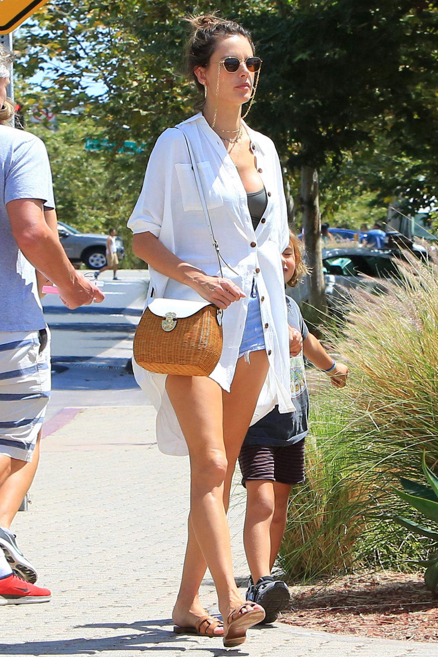 Alessandra Ambrosio ist großer Fan von superknappen Jeans-Hotpants. Die verstecken sich wie hier aber auch gerne mal hinter langen Sommerhemden.