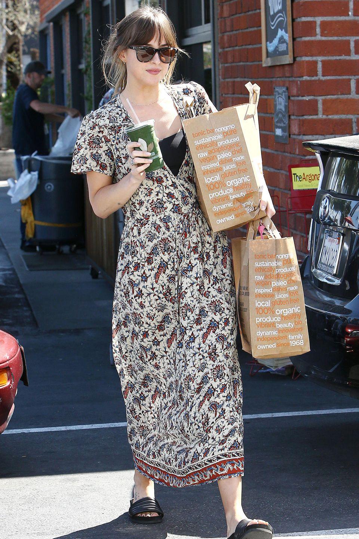 """Mehr tragen geht nicht: In einemBio-Supermarkt in Venice Beachhat """"Fifty Shades of Grey""""-Star Dakota Johnson ordentlich eingekauft."""