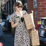 "Mehr tragen geht nicht: In einem Bio-Supermarkt in Venice Beach hat ""Fifty Shades of Grey""-Star Dakota Johnson ordentlich eingekauft."