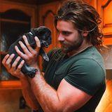 Herrenfrisuren: Der aktuelle Langhaar-Trend geht wahrscheinlich auf seine Kappe: Brock O'Hurn. Die außergewöhnliche Haarpracht gepaart mit seinen Muskeln strahlen absolute Lässigkeit aus. Regelmäßig beweist der 26-Jährige das man solchen Haaren nicht nur bei Klimmzügen eine gute Figur macht, sondern auch im Anzug überzeugen kann. Oder eben mit Hundewelpen.