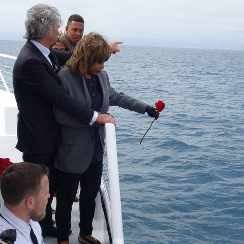 Tina Turner wirft eine Rose ins Meer