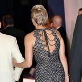 Auch von hinten ist die Designer-Robe von Versaceein echter Hingucker und zaubert Fürstin Charlène einen wunderschönen Rücken.