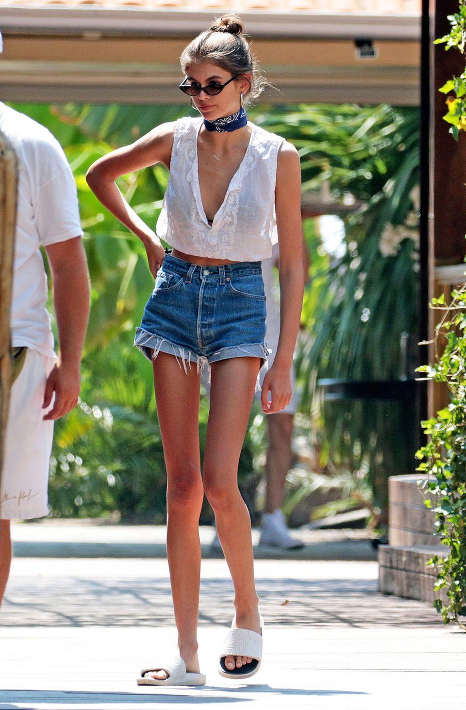 In Italien ist Nachwuchs-Model Kaia Gerber auf ganz dünnen Beinchen unterwegs. In knappen Jeansshorts und ärmellosem Top wird ihre zierliche Figur besonders betont.