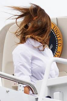Vom Winde verweht: Beim Einstieg in die Präsidentenmaschine Air Force One stehen Melania und Donald Trump die Haare zu Berge. Gut, dass immer Fotografen zur Stelle sind und uns mit diesem lustigen Schnappschuss versorgen.