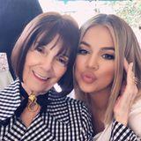 Ob sich Khloé für ihre neue Frisur Inspiration bei Oma Mary Joholte? Auf Instagram gratuliert der Reality-Star seiner Omazum 84. Geburtstag und teilt dieses Foto. Siehe da: Auch Oma MJ trägt einen Bob – jedoch in einer etwas kürzeren Variante.