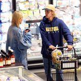 """Noch etwas unschlüssig stehen Hailey Baldwin und Justin Bieber im """"Whole Foods """"-Markt in New York City ..."""