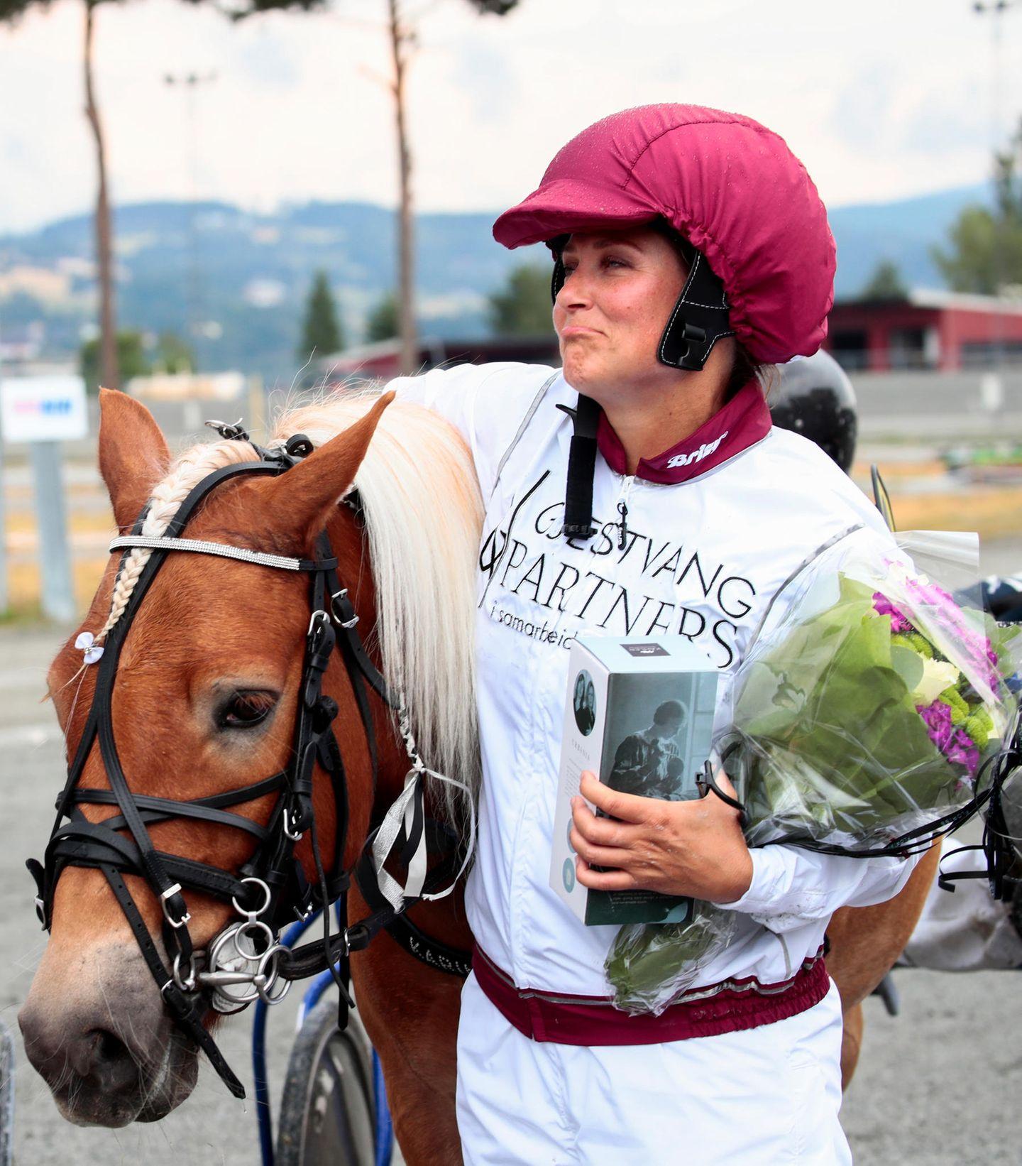 Doch trotz ihrer Erfahrung als Springreiterin und Pferdenärrin verliert sie das Trabrennen, da ihr Pony vor der Ziellinie zu galoppieren beginnt.
