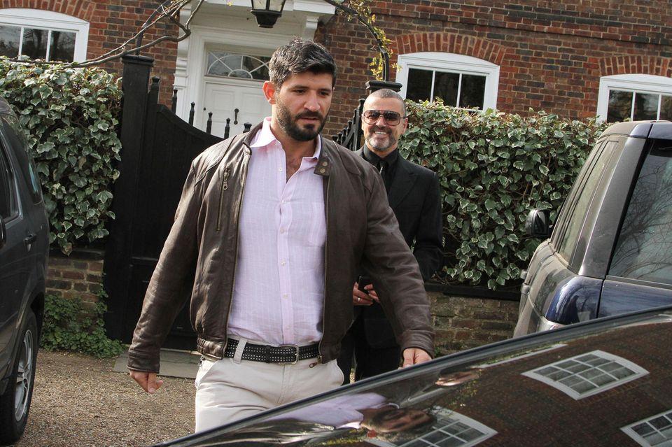 Fadi Fawaz und George MIchael 2012 vor dem Haus des Sängers in London