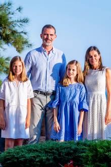 29. Juli 2018  Sommerliche Grüße der spanischen Königsfamilie aus Palma de Mallorca. Fröhlich in Blau Weiß gekleidet posieren Könige Felipe, Königin Letizia, Prinzessin Sofia und Prinzessin Leonor.