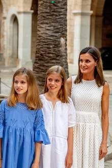 29. Juli 2018  Stolz präsentiert Königin Letizia ihre beiden Mädels Prinzessin Leonor und Prinzessin Sofia.