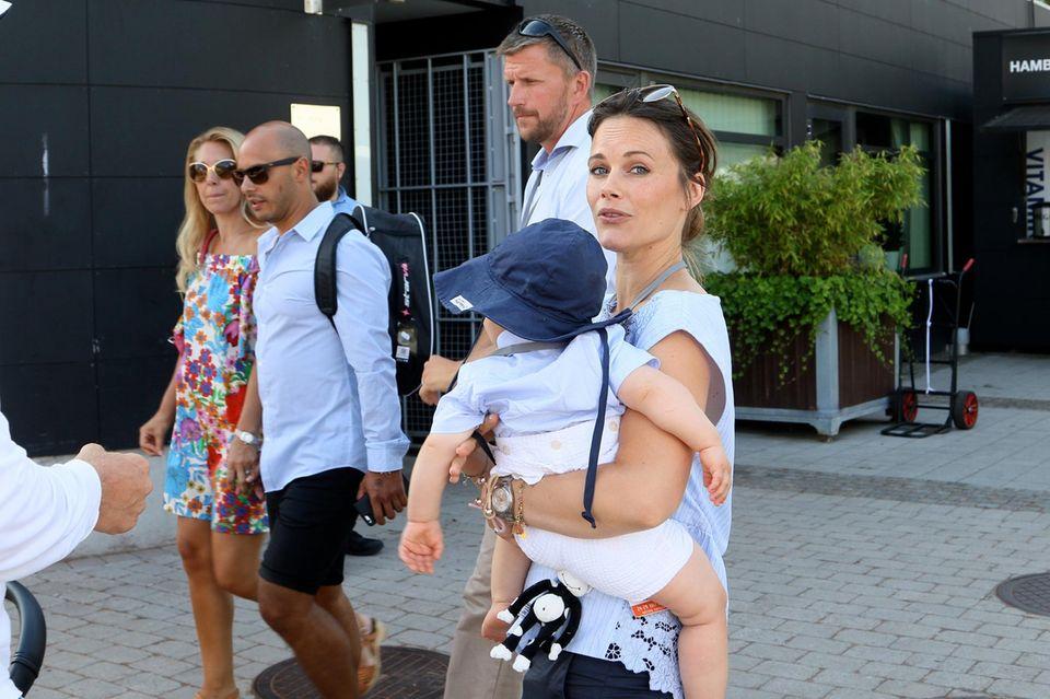 Prinzessin Sofia trägt Söhnchen Prinz Gabriel auf dem Arm.