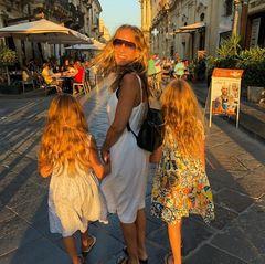 """28. Juli 2018  """"Sex and the City""""-Star Sarah Jessica Parkerurlaubt derzeit mit ihrer Familie im italienischen Portofino. In niedlichen, rosa-gemusterten Kleidchen und mit Wallemähne hüpfen Marion und Tabitha nach dem Restaurantbesuch munter neben denMama Sarah Jessica her."""