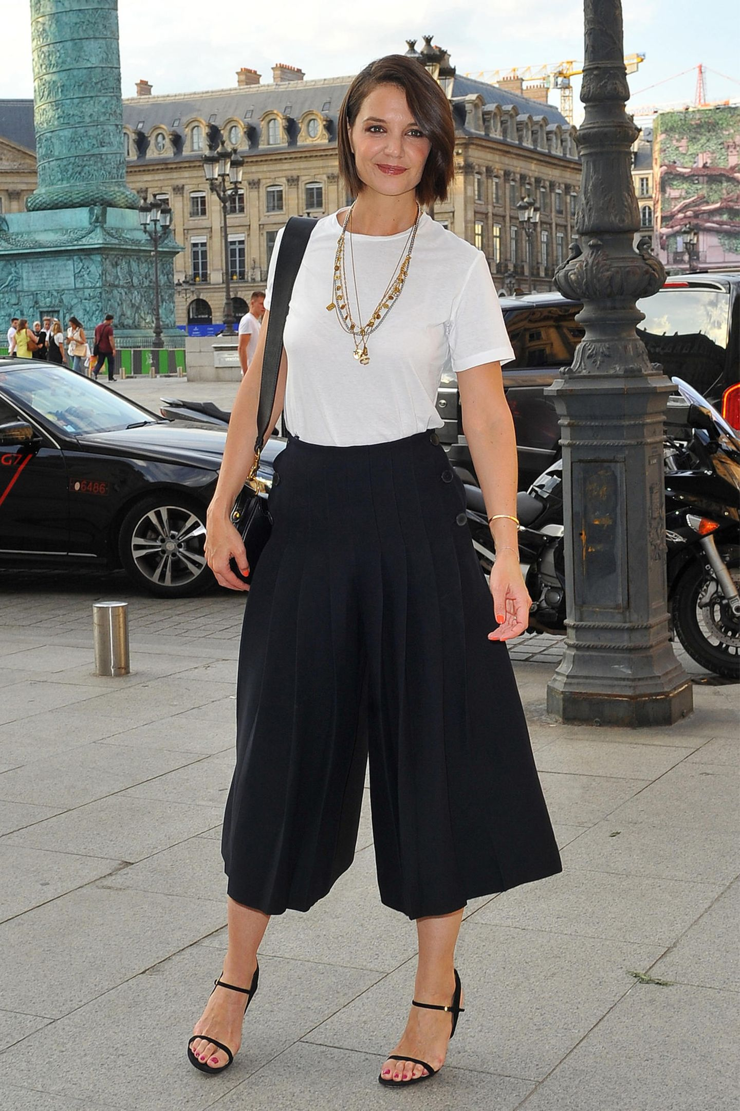 Sie kann's ja: In diesem eleganten Schwarz-Weiß-Look zeigte sich Katie dann am Abend des gleichen Tages in Paris. Wahrscheinlich wollte sie wieder ordentlich durchatmen.