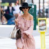 Allzu schlabbrig sollten Katies Outfits dann aber doch nicht sein. In diesem formlosen Blumenkleid versinkt die Schauspielerin regelrecht.
