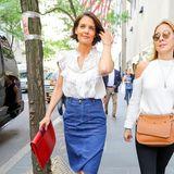 Und auch in diesem sommerlichen Streetstyle-Look mit Jeansrock und Rüschenbluse ist Katie ein echter Hingucker.
